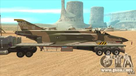 Flatbed trailer with dismantled F-4E Phantom para GTA San Andreas left