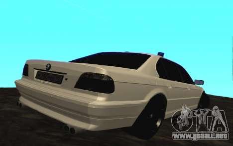 BMW 750iL E38 con luces intermitentes para la visión correcta GTA San Andreas