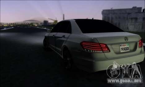 Mercedes-Benz W212 AMG v2.0 para GTA San Andreas vista posterior izquierda