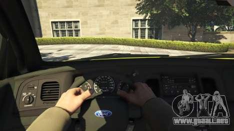 GTA 5 Ford Crown Victoria Taxi v1.1 vista trasera
